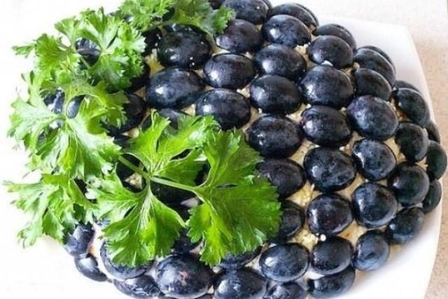 Салат Черная гроздь переплюнул Оливье
