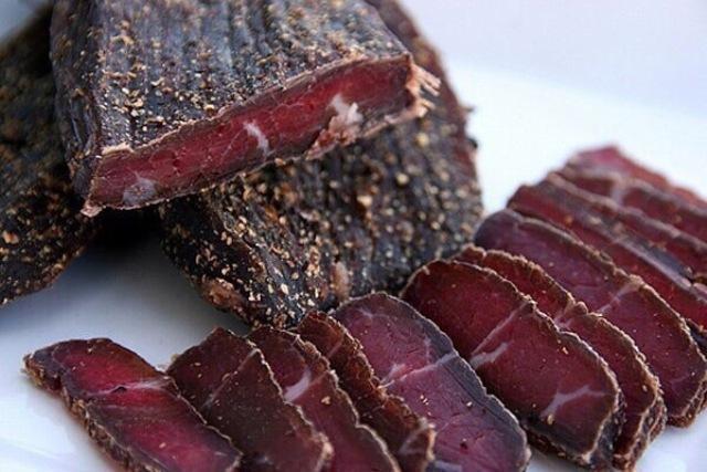 Вяленое мясо по-домашнему — это доступный каждому деликатес и эффектное блюдо на любое застолье