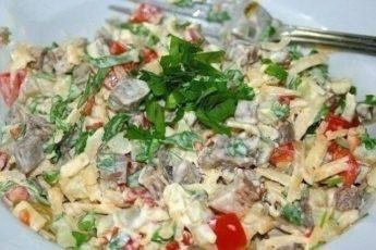 Ну очень вкусный салат с отварным мясом, овощами, сыром и майонезом